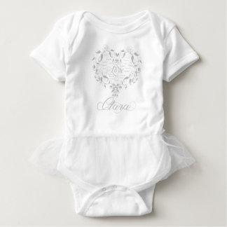Liebe in irgendeiner Sprache in silberner Clara Baby Strampler