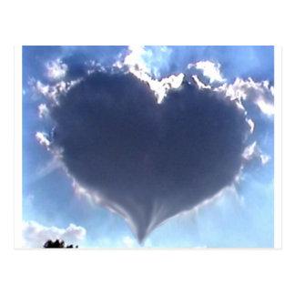 Liebe ist in der Luft: Herz-geformte Wolke: Postkarte