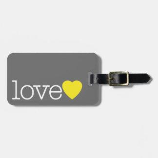 Liebe mit einem hellen Herzen und einer Kofferanhänger