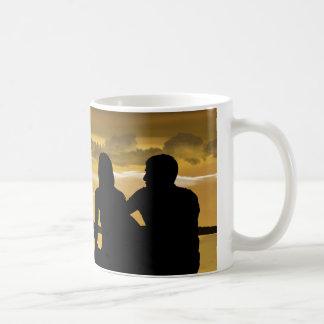 Liebe, romantischer Sonnenuntergang auf dem Strand Kaffeetasse