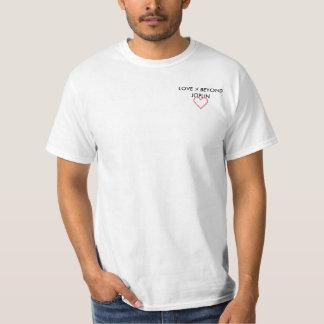 Liebe über kleinem Logo T-Stück hinaus T-Shirt