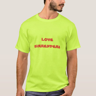 Liebe übergibt (klares Rot auf Sicherheitsgrün) T-Shirt
