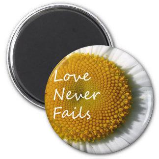Liebe versagt nie Korinther 13 des Gänseblümchen-1 Runder Magnet 5,1 Cm
