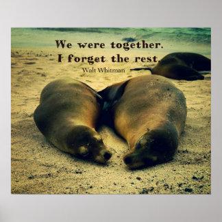 Liebepaare zitieren Seelöwen auf dem Strand Poster