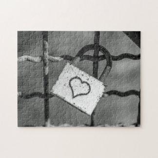 Liebeverschluß im Schwarzweiss-Fotopuzzlespiel Puzzle