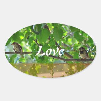 Liebevögel auf einem Baumniederlassungsaufkleber Ovaler Aufkleber