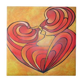 Liebhaber küssen und ihre Körper bilden ein Keramikfliese