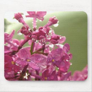 Lila Blume mit Regentropfen-Mausunterlage Mousepad
