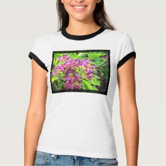 Lila Blumen-Foto auf dem Shirt der Frauen