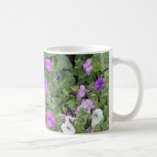 Lila Blumen-Frühlings-Garten-Thema-Petunie mit Kaffeetasse