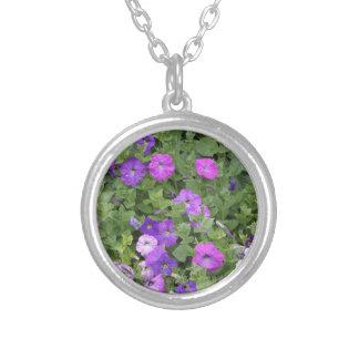 Lila Blumen-Frühlings-Garten-Thema-Petunie mit Versilberte Kette