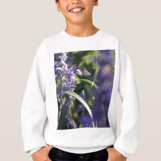 Lila Blumen mit Motte Sweatshirt