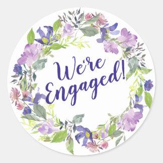 Lila Blumenhochzeits-Verlobung sind wir verlobt Runder Aufkleber