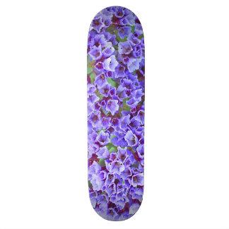 Lila Blüte im Frühling Skateboarddecks