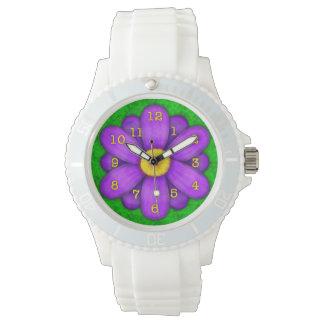 Lila Gänseblümchen-Blume auf grünem schönem Armbanduhr