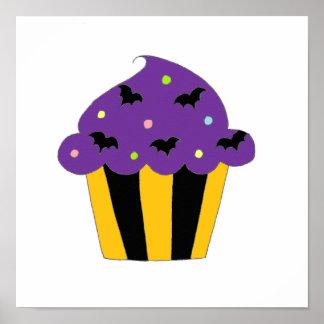 Lila Halloween schlägt kleinen Kuchen Posterdruck