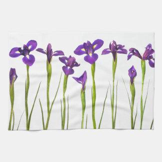 Lila Iris abgeschieden auf einem weißen Hintergrun Handtuch