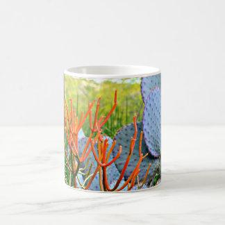 Lila Kaktus in der orange Kaffeetasse