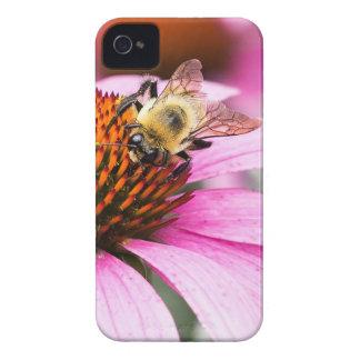 Lila Kegel-Blume mit Biene iPhone 4 Hülle