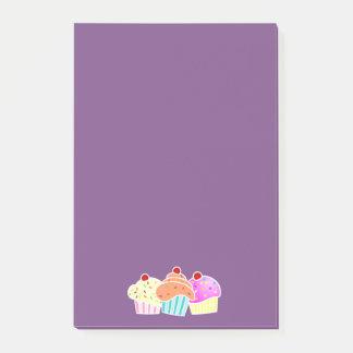 Lila klebrige Anmerkung mit 3 kleinen Kuchen Post-it Klebezettel