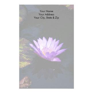 Lila Lotos-Wasserlilie-Blume u. gestreifte Briefpapier