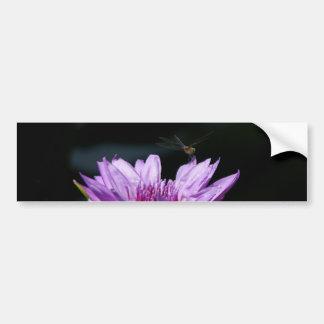 Lila Lotos-Wasserlilie-Libelle Autoaufkleber