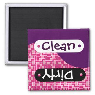 Lila rosa Fliesen säubern schmutzigen Spülmaschine