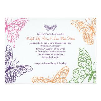 Lila Schmetterling küsst Hochzeits-Einladung