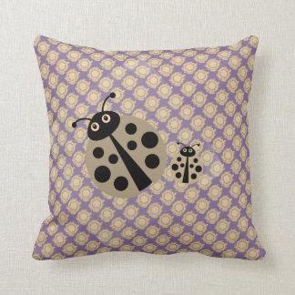 Lila Sommer-Tupfen-Dame Bugs Pillow Kissen