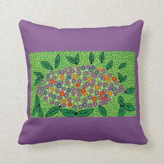 lila Throwkissen mit grünem Blumenentwurf Kissen