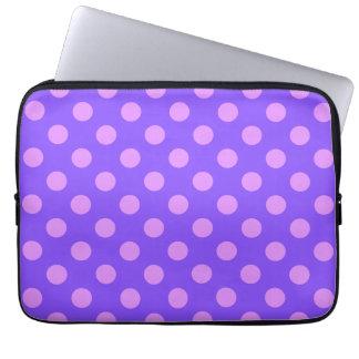 Lila Tupfen auf Singrün Laptop Sleeve