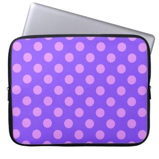 Lila Tupfen auf Singrün Laptopschutzhülle