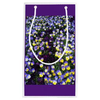 lila und gelbe Violas mit lila Hintergrund Kleine Geschenktüte