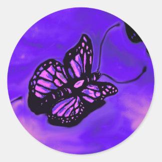 Lila und rosa Schmetterlingsmuster Runder Aufkleber
