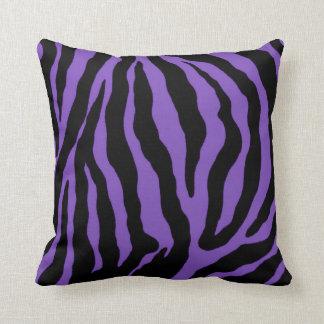 Lila und schwarzer Zebra-Druck-gestreiftes Kissen