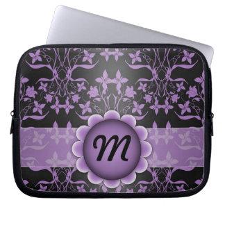 Lila und schwarzes Damast-Monogramm Laptop Sleeve