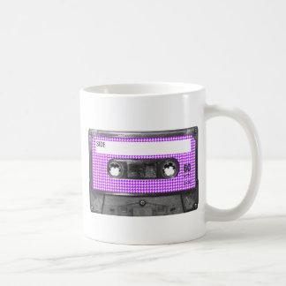 Lila und weiße kaffeetasse