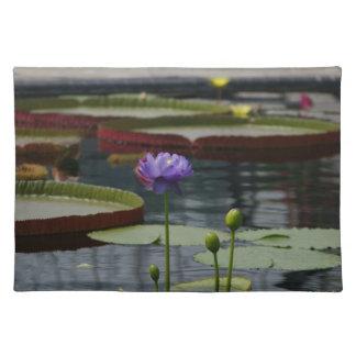 Lila Wasserlilie Stofftischset