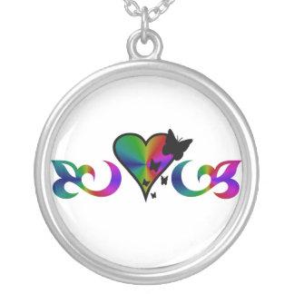 Lilie mit Regenbogen-Herz und Schmetterling Versilberte Kette
