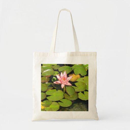 Lilien-Auflagen und rosa Blumen-Tasche