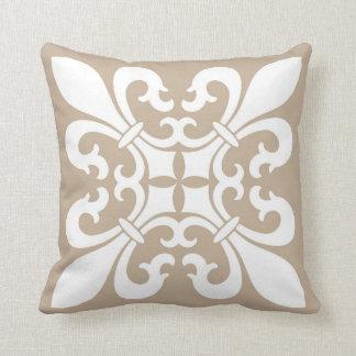 Lilien-Symbole im Weiß auf TAN Kissen