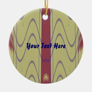 Linien und Wellen auf kakifarbigem Keramik Ornament