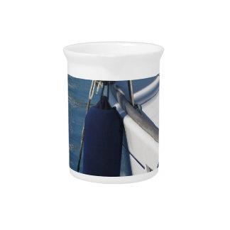 Links Seite des Segelnbootes mit zwei blauen Getränke Pitcher