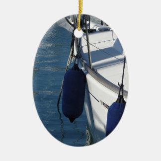 Links Seite des Segelnbootes mit zwei blauen Keramik Ornament
