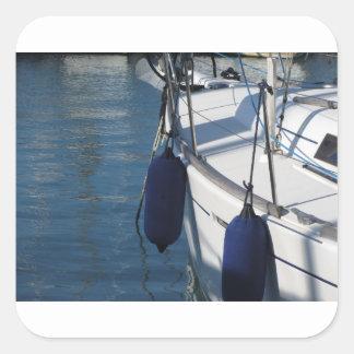 Links Seite des Segelnbootes mit zwei blauen Quadratischer Aufkleber