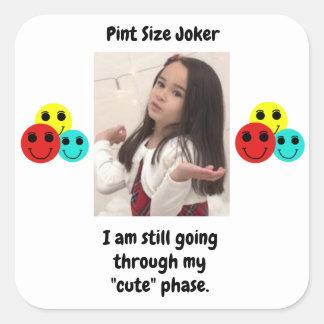 Liter-Größen-Joker-Entwurf: Meine niedliche Phase Quadratischer Aufkleber