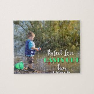 Little Boy, das Furcht-Puzzlespiel heraus werfend Puzzle