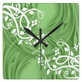 Locken über Grün mit mit Filigran geschmücktem u. Quadratische Wanduhr