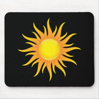 Lodernde Sonne auf einem schwarzen Hintergrund Mousepad