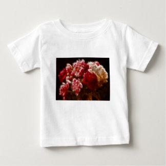 Lodernder roter Pfingstrosen-Blumen-Blumenstrauß Baby T-shirt